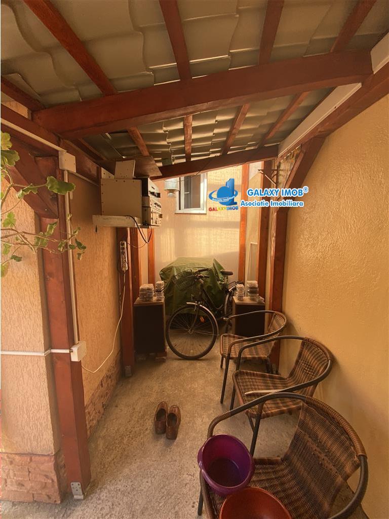 Casa de vanzare cu 4 camere, in zona semicentrala (Dambu)