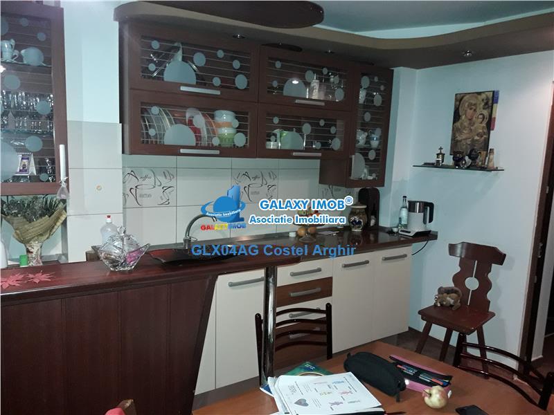 Vand apartament cu 3 camere decomandat in Fratii Golesti-Piata Smardan