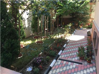 Apartament 3 camere 2 bai decomandat + curte 100 mp + parcare subteran