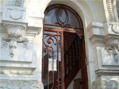 Apartament cu 4 dormitoare in vila interbelica.Armeneasca.
