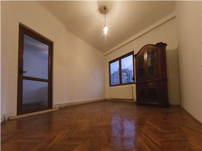 Apartament de 3 camere in zona UNIRII