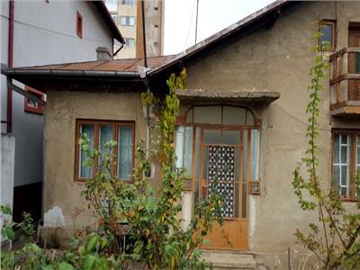 Casa  cu 3 camere  - zona -  Semicentral