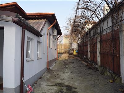 Casa de locuit, hala de productie, service, depozitare.Teren 1210 mp.