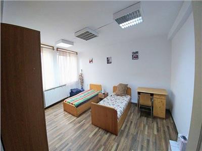 Inchiriez 1 camera dintr-un apartament cu 3 camere semicentral
