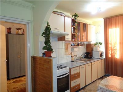 Vand apartament cu 3 camere,zona balcescu