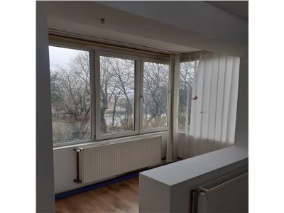 Vanzare apartament cu 4 camere, recent renovat, aflat in dambu