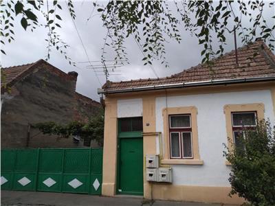 Vanzare casa situata pe o strada linistita, zona semicentrala